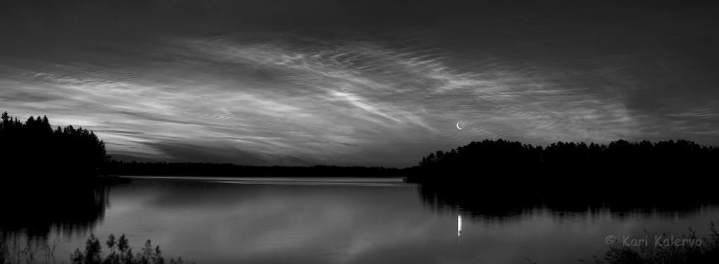 Valaisevia yöpilviä, kuunsirppi ja maatamo. Kuva: Kari Kalervo.