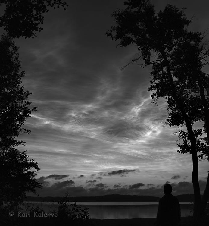 Yöpilvien valokudelmaa. Sininen värikanava vaalentaa kuvan yläosaa ja tummentaa horisonttia, jolloin kontrasti on helpommin hallittavissa. Kuva: Kari Kalervo.