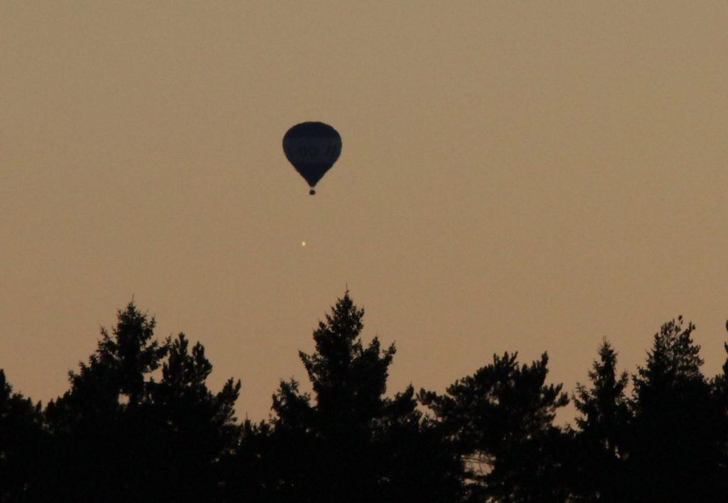 Venuksen ja kuumailmapallon kohtaaminen 5.9.2016 Porvoossa. Kuva: Peter von Bagh.