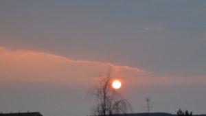 Lähellä horisonttia ollessaan Auringon valo punertuu ja samalla se värjää myös ympäröivän maiseman punertavaksi. Kuva: Jari Heikkinen.