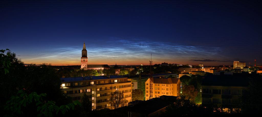 Valaisevat yöpilvet Turun yllä. Valosaastetta, mastoja ja rakennuksia riittää, mutta joskus ne sopivat kuvaan. Matti Helin