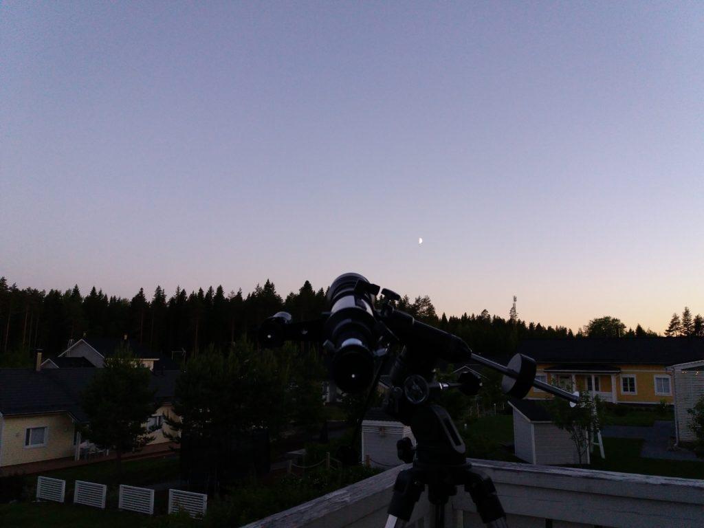 Yleiskuva: kaukoputki suunnattu Jupiteriin, Kuu lähellä