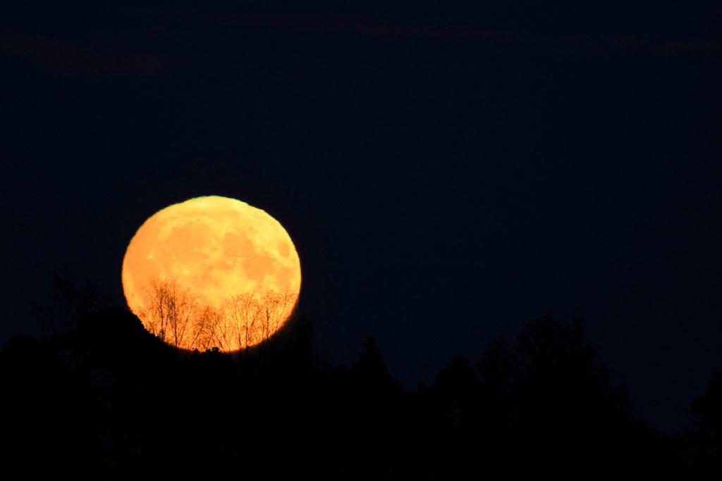 Vihreä reuna näkyy kuun yläreunassa. Pirjo Koski