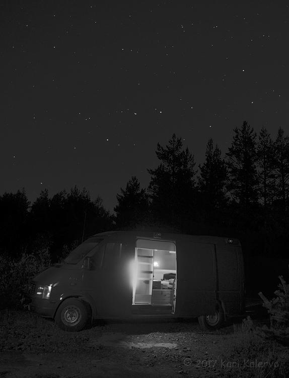 Otavan alla himmeässä yövalaistuksessa. Ambulanssi on jälkeenpäin maalattu metsänvihreäksi, joten se sulautuu hyvin ympäristöönsä.