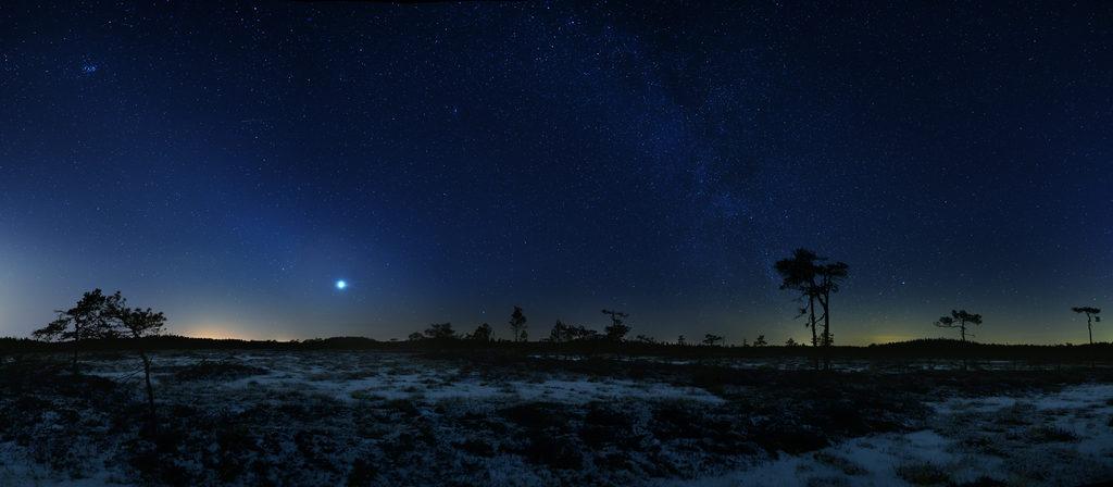 Eläinratavalo helmikuussa 2017. Valo kohoaa Venuksen kohdalta ylävasemmalle