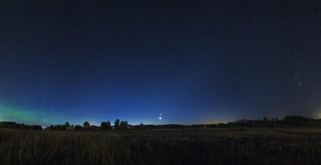 Himmeä syksyinen eläinratavalo nousee Kuun ja Venuksen kohdalta yläoikealle
