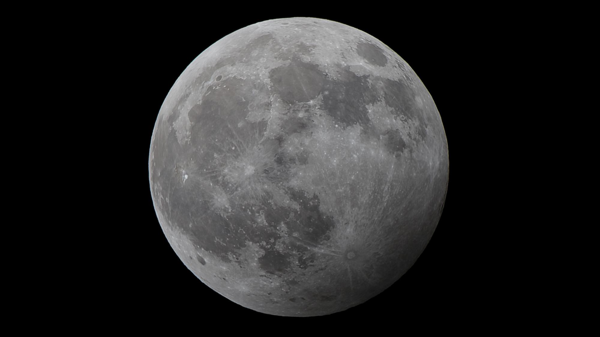 Tältä Kuu näytti Helsingissä kello 21.30. Canon EOS 80D, 400 mm, f/8.0, 1/400 s, ISO 100. Kuva: Antoine Chauveau.]