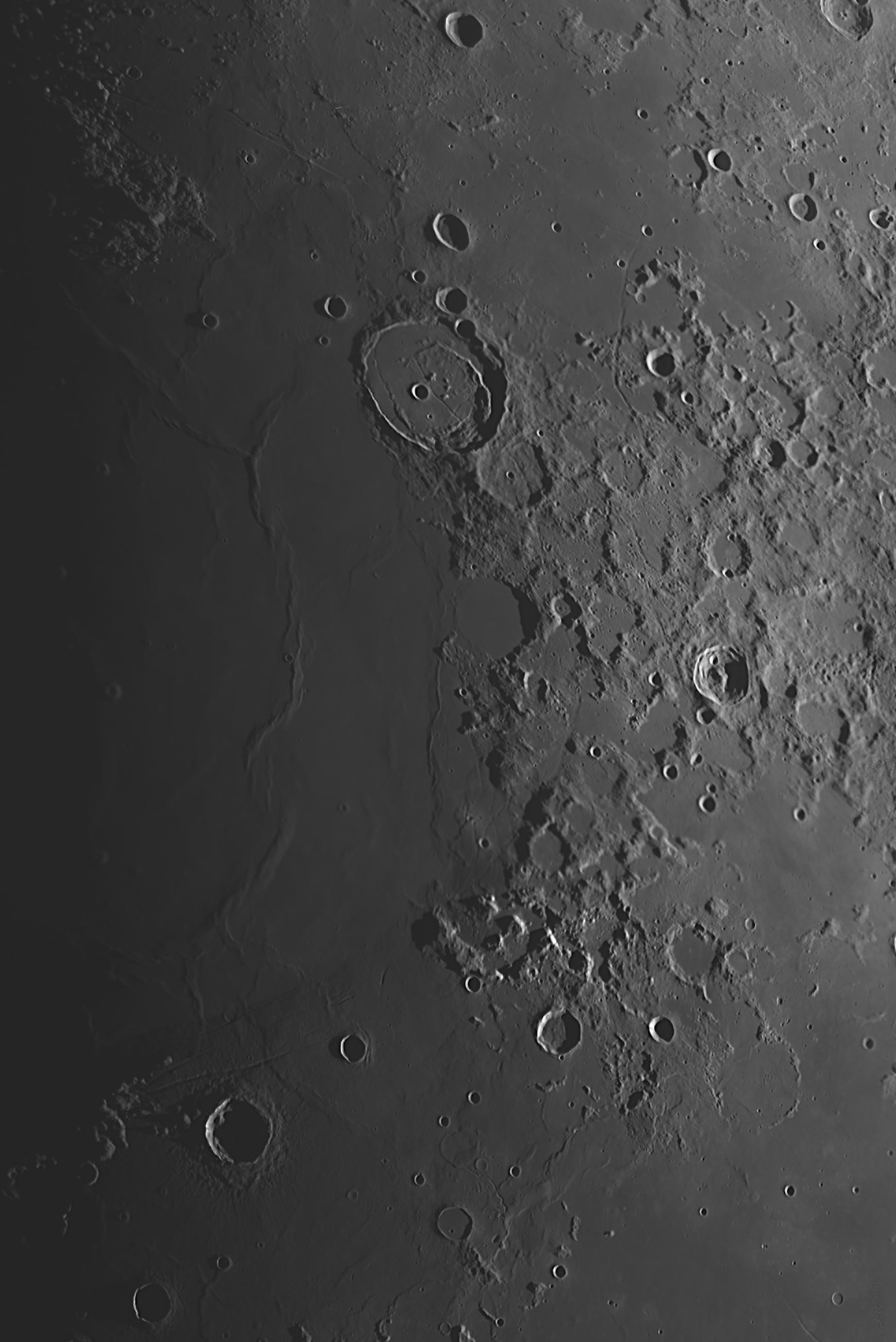 Kuun pintaa kuvattuna 24.4.2015 klo 20.50. SW400P, ASI174MM, ADC, 4x Powermate, IR-pass. Kuvaa hieman rajattu alkuperäisestä ja pohjoinen ylhäällä. Alkuperäinen havainto Taivaanvahdissa. Kuva: Ari Haavisto. Napsauttamalla saat kuvan suuremmaksi.