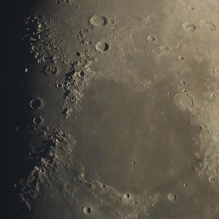 Mare Serenitatis ja Lacus Somniorum kuvattuna 3.5.2017 klo 21.30. Tal 125APO 950 mm + Olympus Pen E-PM2 polttotasolla. Kuva: Jorma Mäntylä.