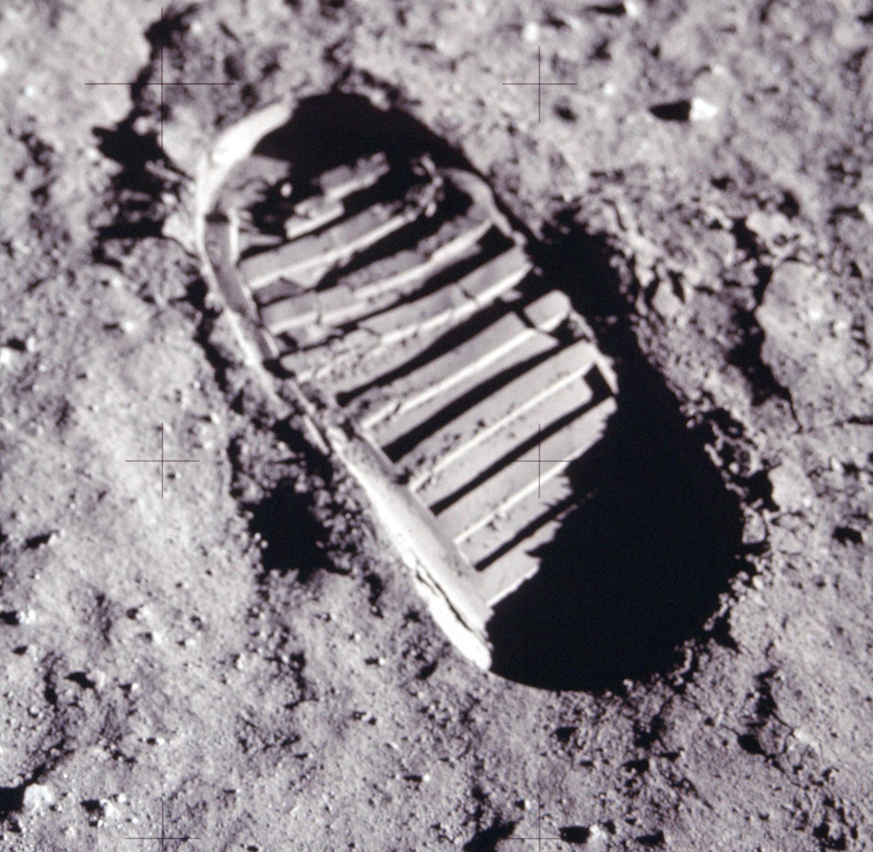 Lippuja ja jalanjälkiä ei voi nähdä Maasta käsin kaukoputkella jo pelkästään ilmakehän häiriöiden estäessä niin pienten kohteiden näkymisen Kuusta saakka. Niinpä saamme ihailla tätä Aldrinin jättämää kuukengän jälkeä ainoastaan valokuvassa. Kuva: Nasa / Apollo 11 / AS11-40-5878.
