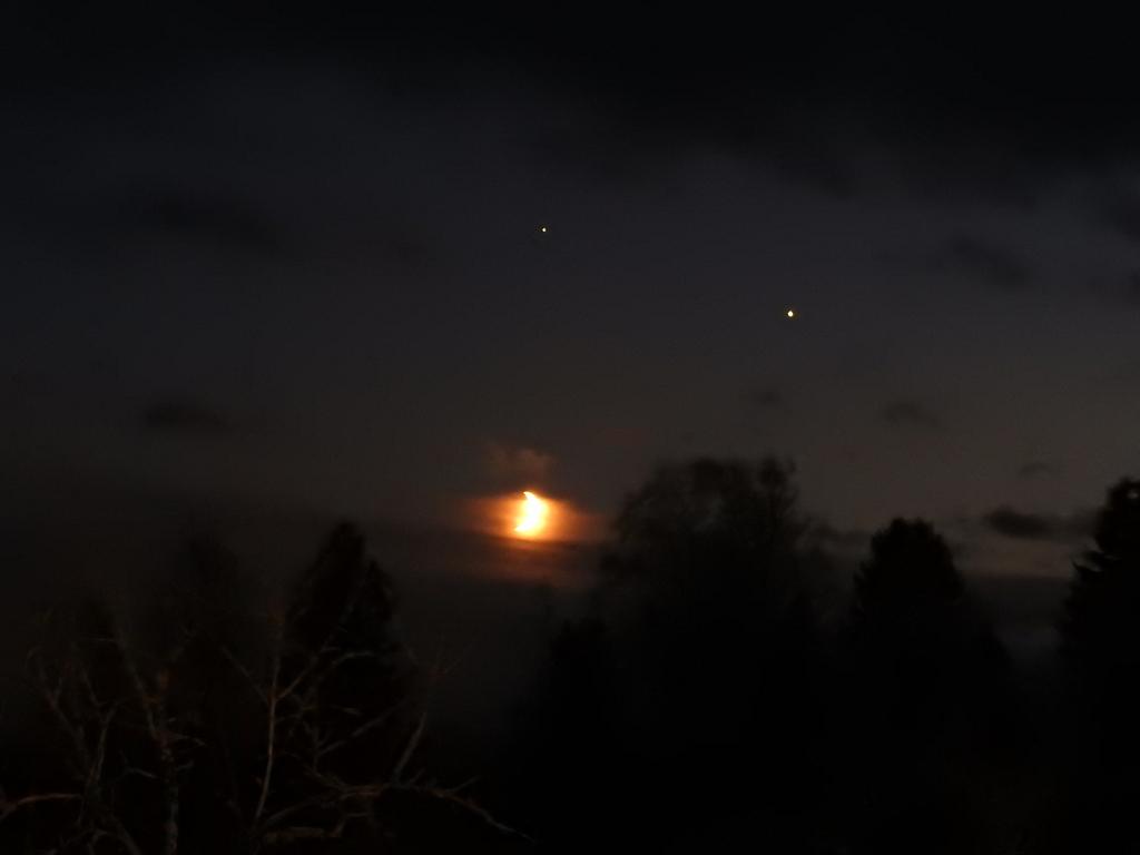 Kuu, Jupiter ja Saturnus kuvattuna 19.11.2020 klo 16.53. Nikon Coolpix P900, 125 mm, aukko f/4,0, valotusaika 1 s, ISO 1600. Kuva: Petri Martikainen.