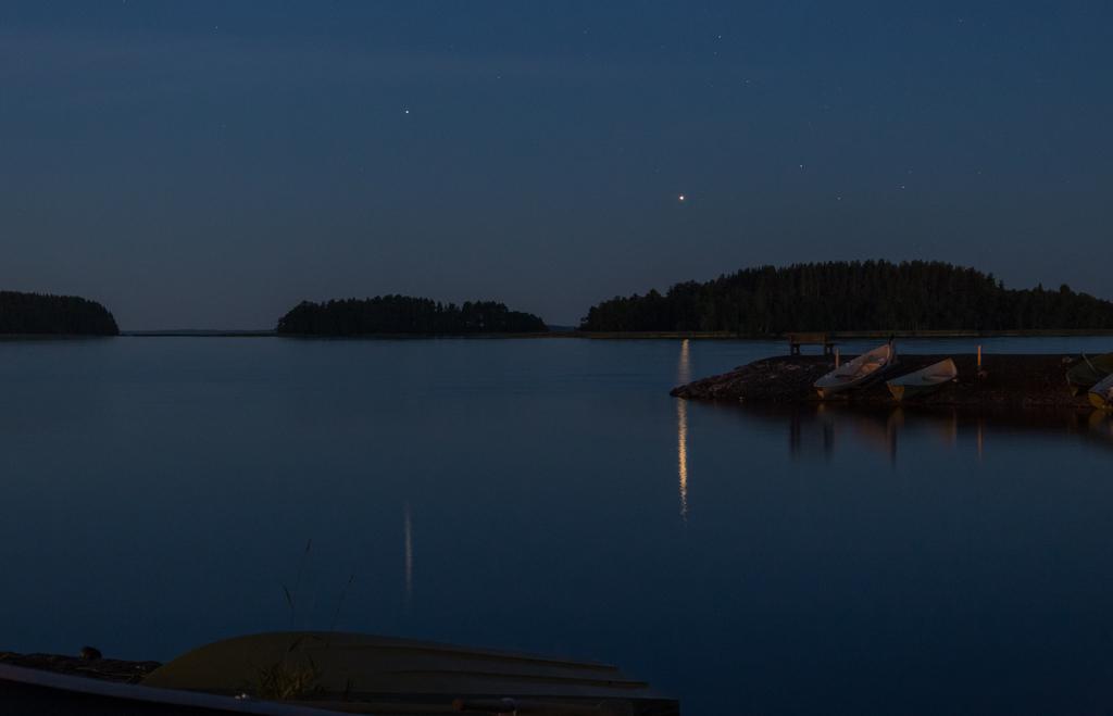 Jupiter ja Saturnus 8.8.2020 klo 0.40. Kamerana Canon EOS 6D, 61 mm, aukko f/5,6, valotusaika 4 s, ISO 3200. Kuva: Antti Taskinen.
