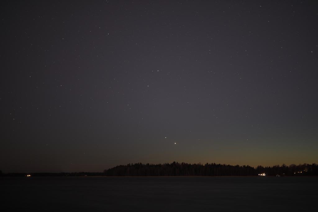 Jupiter ja Saturnus lähestymässä toisiaan 8.12.2020 klo 17.28. Canon EOS 5D Mark IV, Sigma 50 mm, aukko f/1,4, valotusaika 13 s, ISO 200. Kuva: Mika Yrjölä.