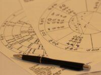 Astrologian 12 huonetta eli horoskoopit tähtinäytöksissä